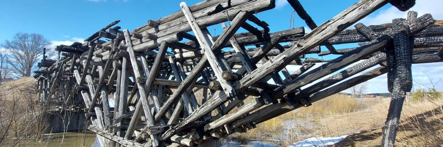 Деревянный мост в селе Карпысак